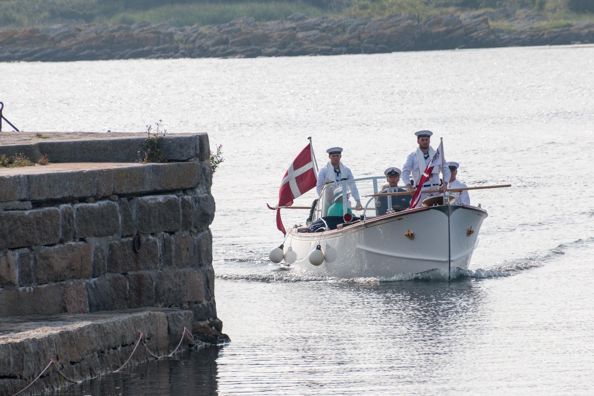 Die Schaluppe mit Ihrer Majestät erreicht den Hafen von Svaneke